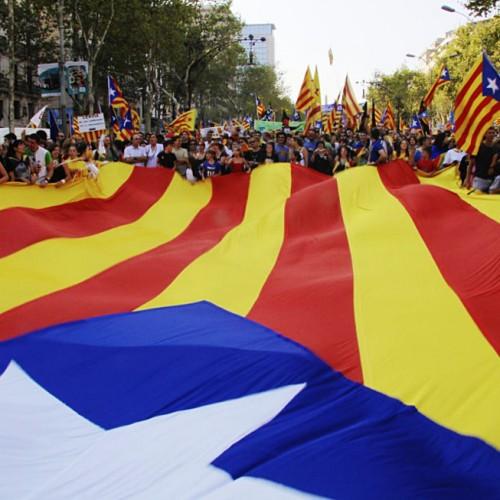Elezioni catalane: un forte voto indipendentista non raggiunge per poco la maggioranza assoluta
