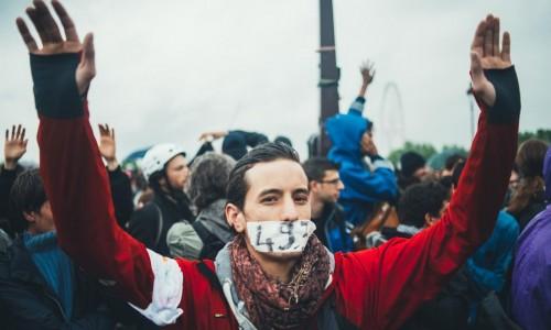 """Francia – Il governo """"socialista"""" impone per decreto la Loi Travail"""