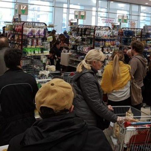 Incassi dei supermercati alle stelle, diritti e salute dei lavoratori nelle stalle