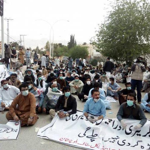 Pakistan – Lavoratori della sanità arrestati e torturati dalla polizia per aver richiesto dei dispositivi di protezione