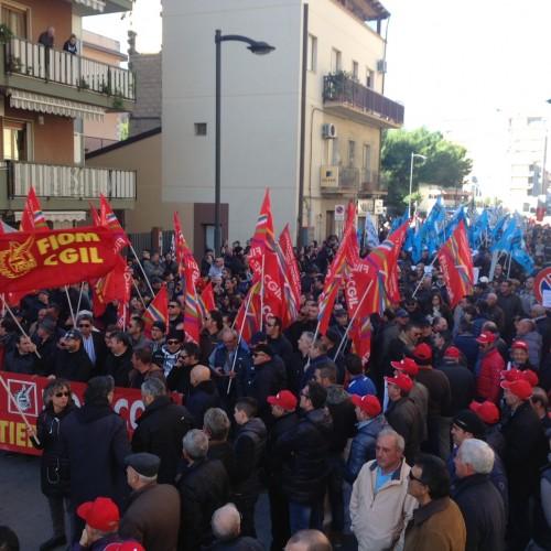 Non un passo indietro. I lavoratori di Gela in lotta!