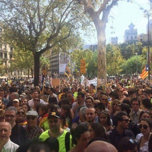Manifestazioni di massa in tutta la Catalogna