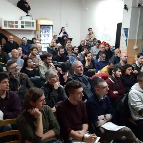 """""""Viva la Rivoluzione socialista mondiale""""  – Entusiasmo alle stelle per Alan Woods all'assemblea di Bologna"""