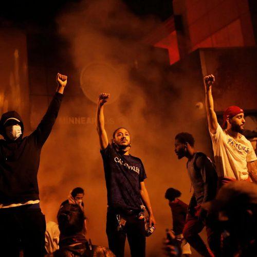 Un'ondata di rabbia insurrezionale travolge gli Stati Uniti