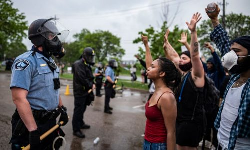 Minneapolis – L'omicidio della polizia fa esplodere la rabbia