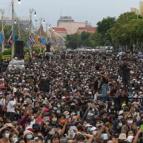 """Thailandia – """"La gente si è svegliata"""": le proteste mettono in crisi il regime"""