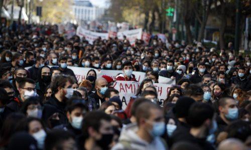 Grecia – Studenti e lavoratori sfidano lo stato e manifestano contro Nuova Democrazia
