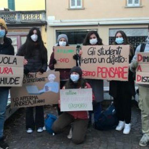 Studenti in piazza!  C'è la scuola da salvare!